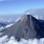 gunung merapi dikelilingi awan