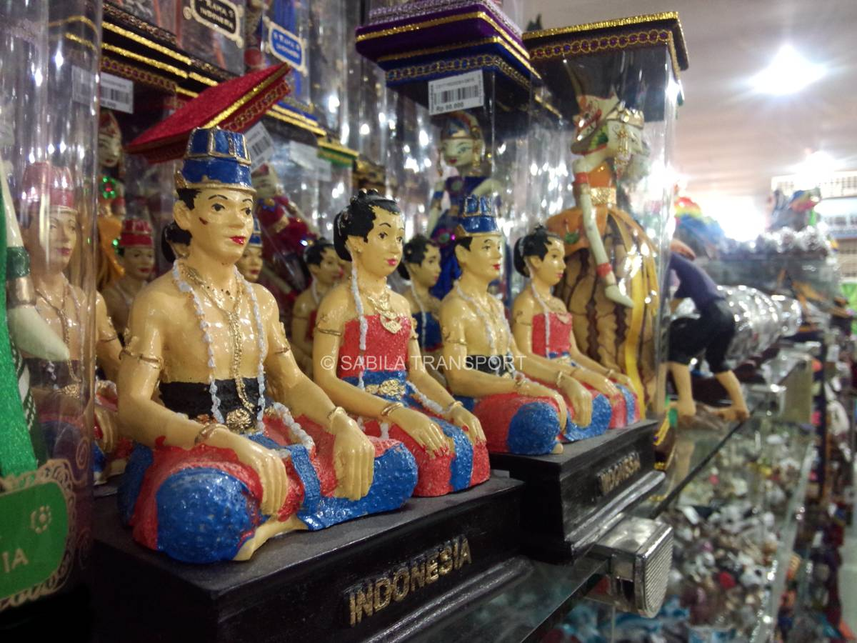 Patung Loro Bloyo di Mirota Batik